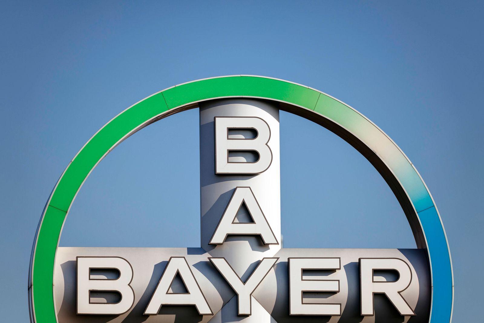 Logo des Bayer-Konzerns am Flughafen Köln/Bonn. Köln, 21.04.2020 *** Bayer Group logo at Cologne Bonn Airport Cologne,