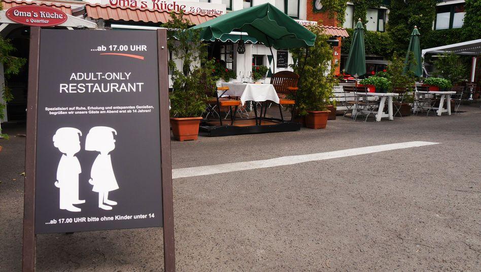"""Schild vor """"Oma's Küche und Quartier"""""""
