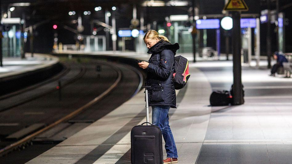 Zugreisende am Berliner Hauptbahnhof: Streik ist kein Skandal