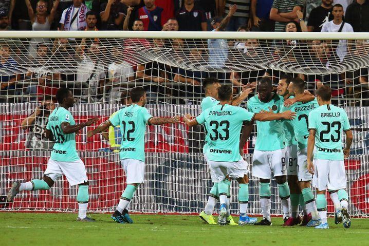 Inters Spieler feiern Romelu Lukaku