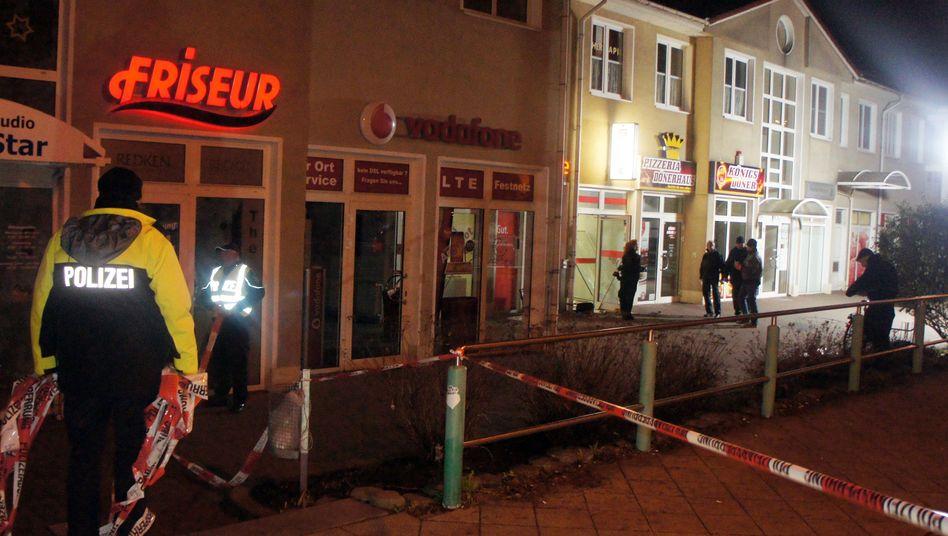 Schießerei in Magdeburg: Polizisten sichern den Tatort