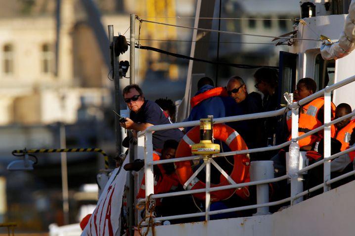 """Kapitän Reisch an Bord der """"Lifeline"""" in Valletta"""
