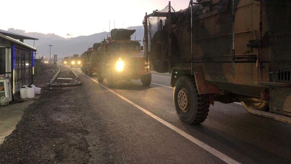 Türkische Truppen auf dem Weg zur syrischen Grenze am Samstag