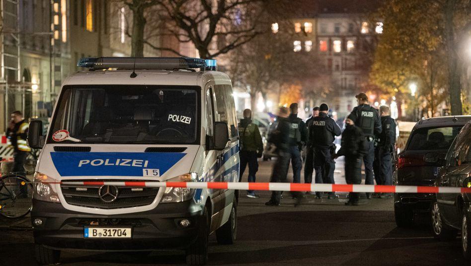 Polizisten auf einer abgesperrten Kreuzung in Kreuzberg