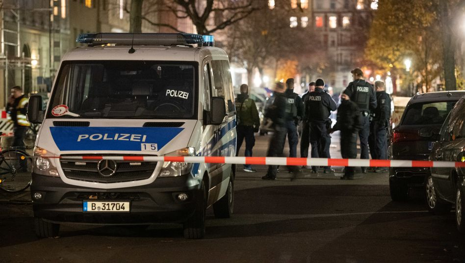 Polizisten in Kreuzberg (am 28. November): diverse Baseballschläger beschlagnahmt