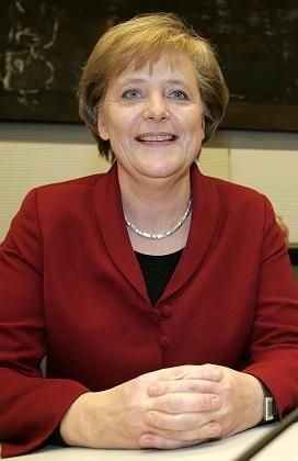 Merkel (gestern Abend bei ihrem Besuch in der SPD-Fraktion): Wie viele Stimmen erhält die CDU-Chefin bei ihrer Wahl zur Bundeskanzlerin?