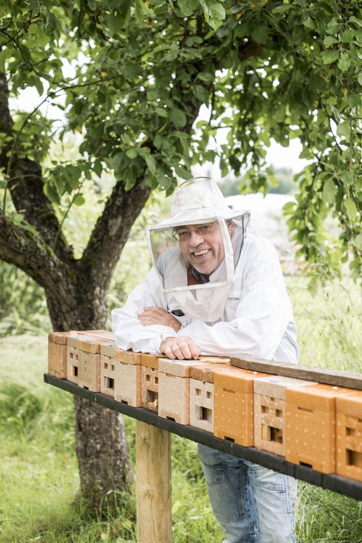 Imker Seip mit Bienenzuchtkästen