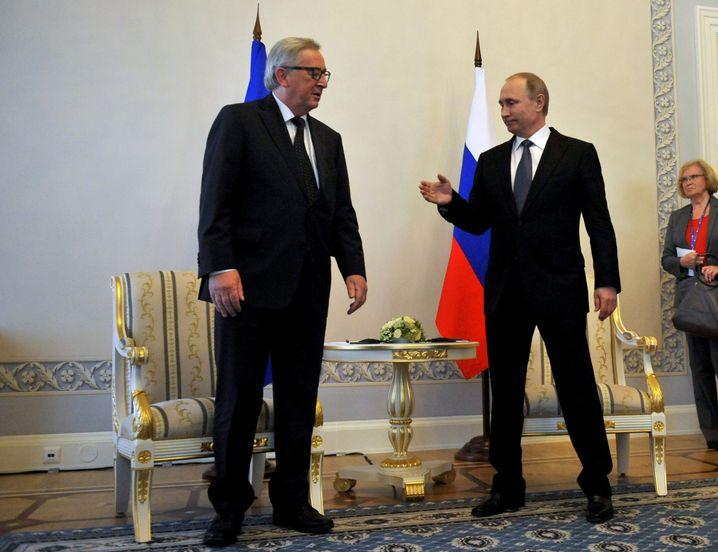 Juncker together with Russian President Vladimir Putin in St. Petersburg.