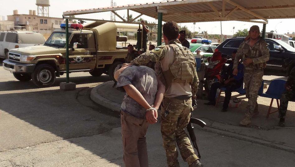 Irakisch-kurdische Sicherheitskräfte führen nahe Mossul einen IS-Terrorverdächtigen ab
