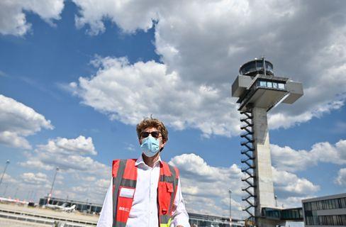 Flughafenchef Lütke Daldrup mit Maske am BER (Archivbild)