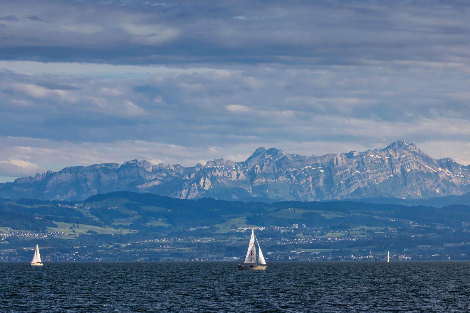Segelboot auf dem Bodensee. Im Hintergrund die Alpen mit dem Schweizer Ufer. // 05.07.2021: DEU, Deutschland, Baden-Würt