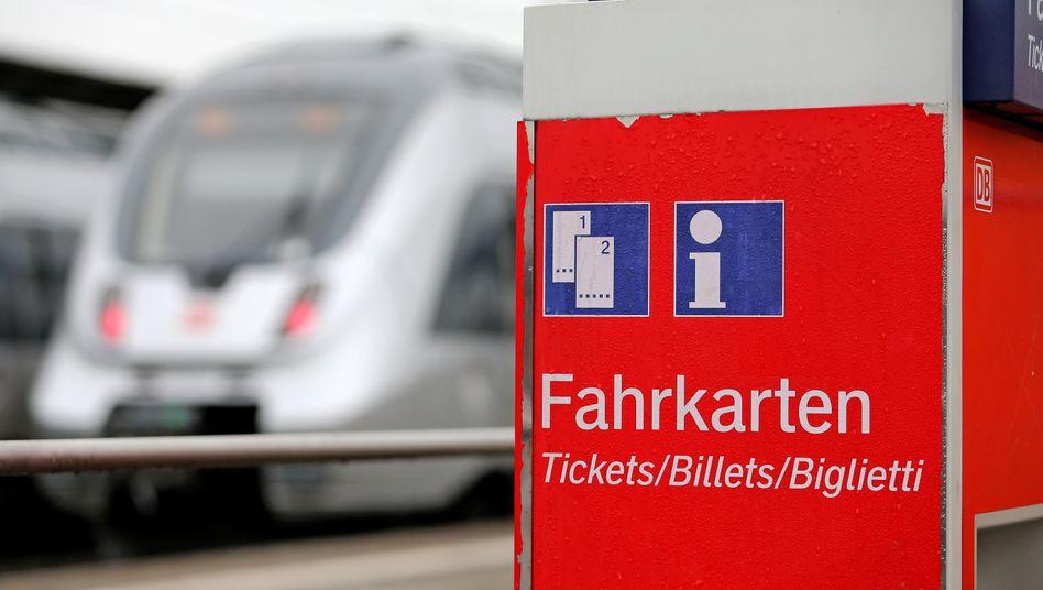 Ein Fahrkartenautomat der Deutschen Bahn am Hauptbahnhof Lutherstadt Wittenberg
