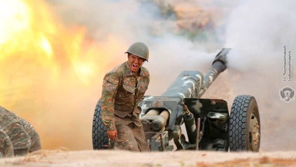 Ein armenischer Soldat an der Artillerie
