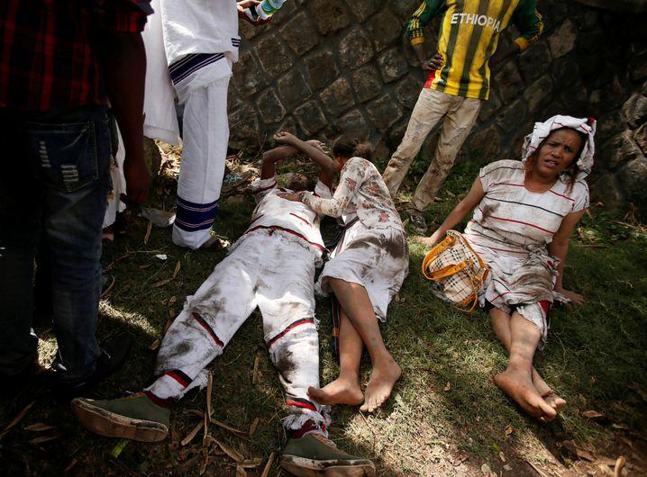 Verletzte warten auf Hilfe