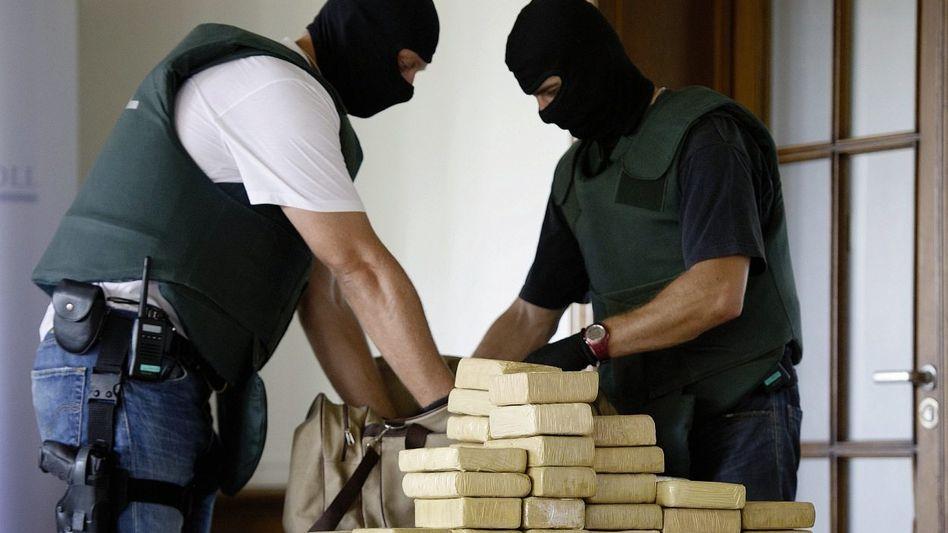 Zollbeamte, beschlagnahmtes Kokain: »Zweitgrößter Drogenfund seit 33 Jahren«