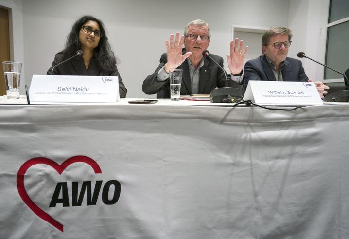 Wilhelm Schmidt (M.), Präsident der Arbeiterwohlfahrt, bei einer Pressekonferenz in Frankfurt