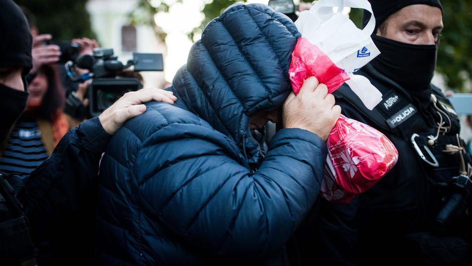 Polizisten führen Tatverdächtigen Zoltán A. ab