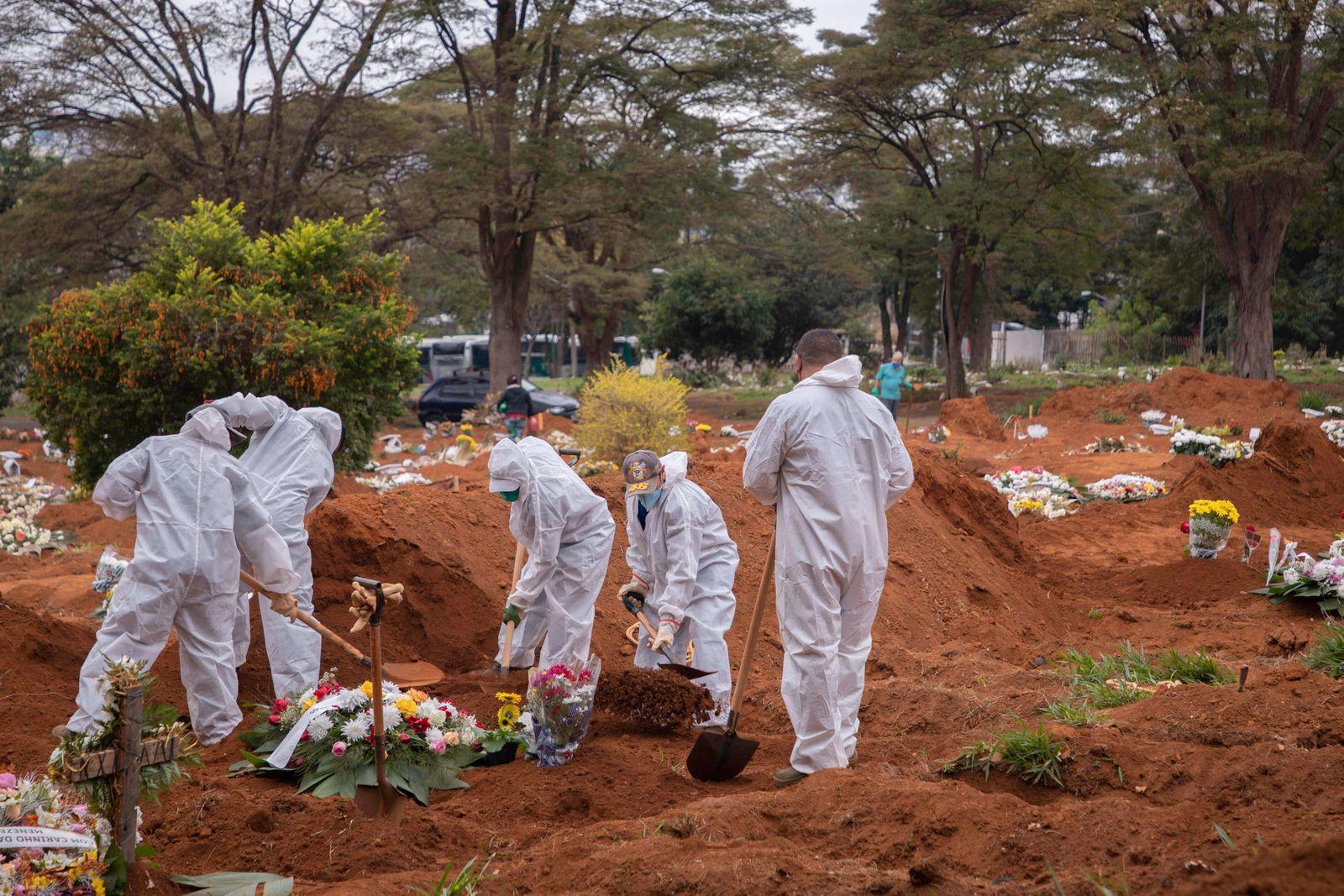 SÃO PAULO, SP - 16.06.2020: ENTERROS CEMITÉRIO VILA FORMOSA - Families follow the burial of relatives who were victims