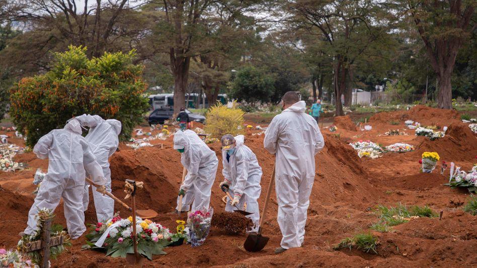 Bestattung eines Corona-Todesopfers in Sao Paulo