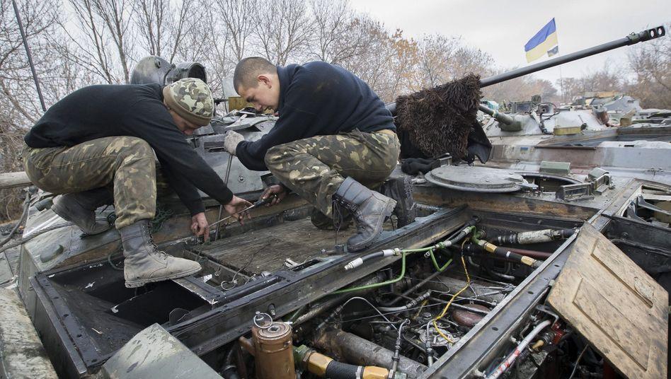 Ukrainische Soldaten auf einem Panzer: Wieder Tote im Osten des Landes