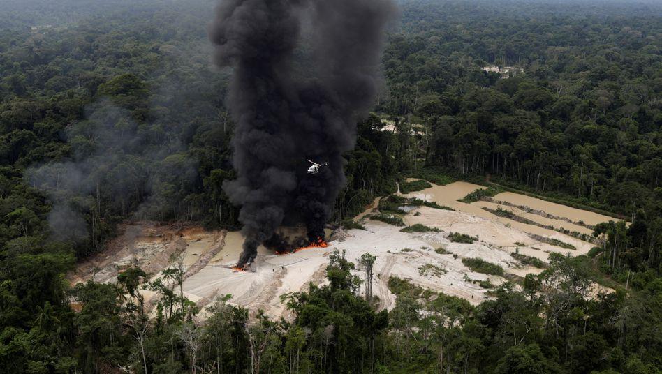 Schutz indigener Völker: Umweltbeamte zerstören Maschinen in einer illegalen Goldmine im brasilianischen Urwald