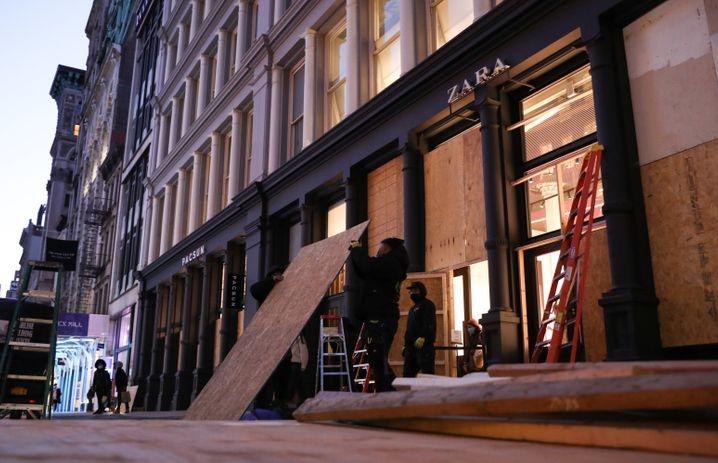 Dieses Geschäft in Manhattan, New York City, wappnete sich mit Sperrholzplatten gegen mögliche Ausschreitungen nach der US-Präsidentschaftswahl (Foto vom Montag)
