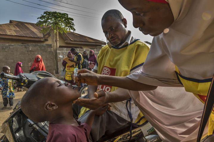 """""""One Drop, one Life"""" - der Slogan gegen Polio: Ein Tropfen des Impfstoffes muss im Alter zwischen 0 und 5 Jahren mehrfach in den Mund geträufelt werden"""