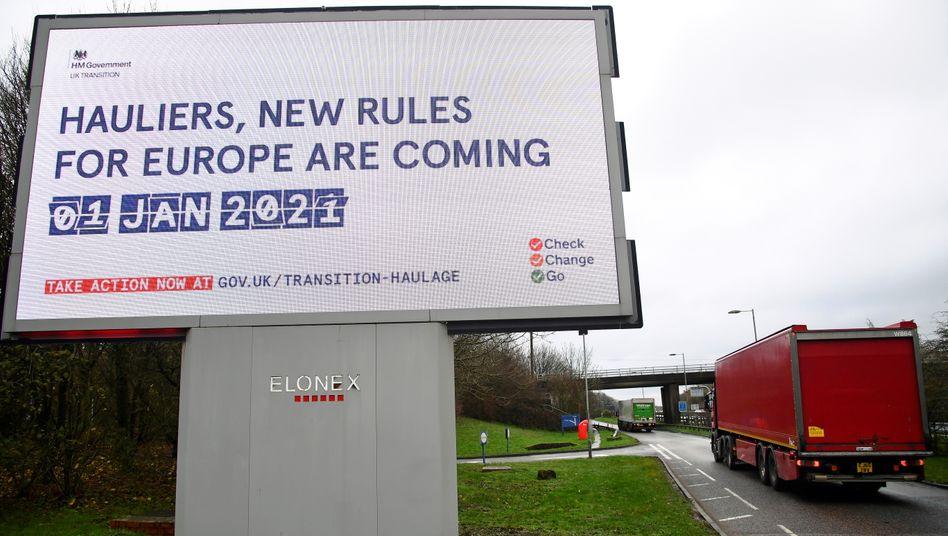 Plakat einer Aufklärungs-Kampagne der britischen Regierung zum Brexit auf einer Straße in Südengland
