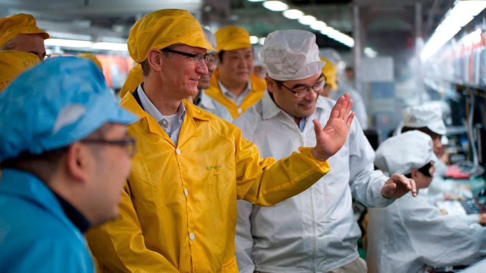 Apple-Chef Cook bei Fabrikbesichtigung in China (2012): Gesundheit in Gefahr?