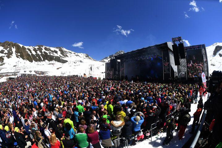 Ski-Urlauber bei Open-Air-Konzert in Ischgl 2018