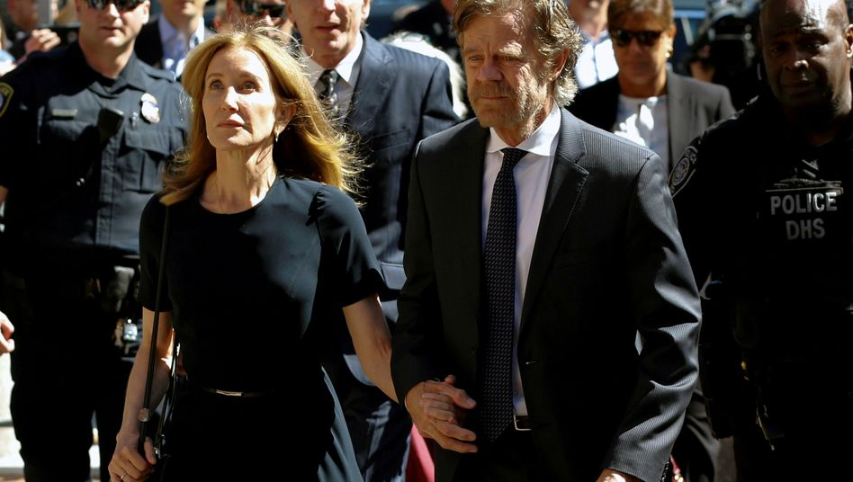 Felicity Huffman kommt in Begleitung ihres Ehemannes vor der Urteilsverkündung am Gericht an