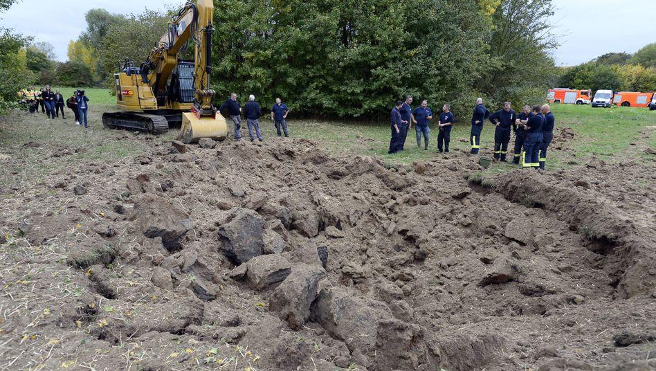 Kölner Stadtteil Westhoven: Eine US-amerikanische Zehn-Zentner-Bombe aus dem Zweiten Weltkrieg wurde kontrolliert gesprengt. Sie war am Vorabend im Stadtteil Lindenthal auf einer Baustelle gefunden worden.