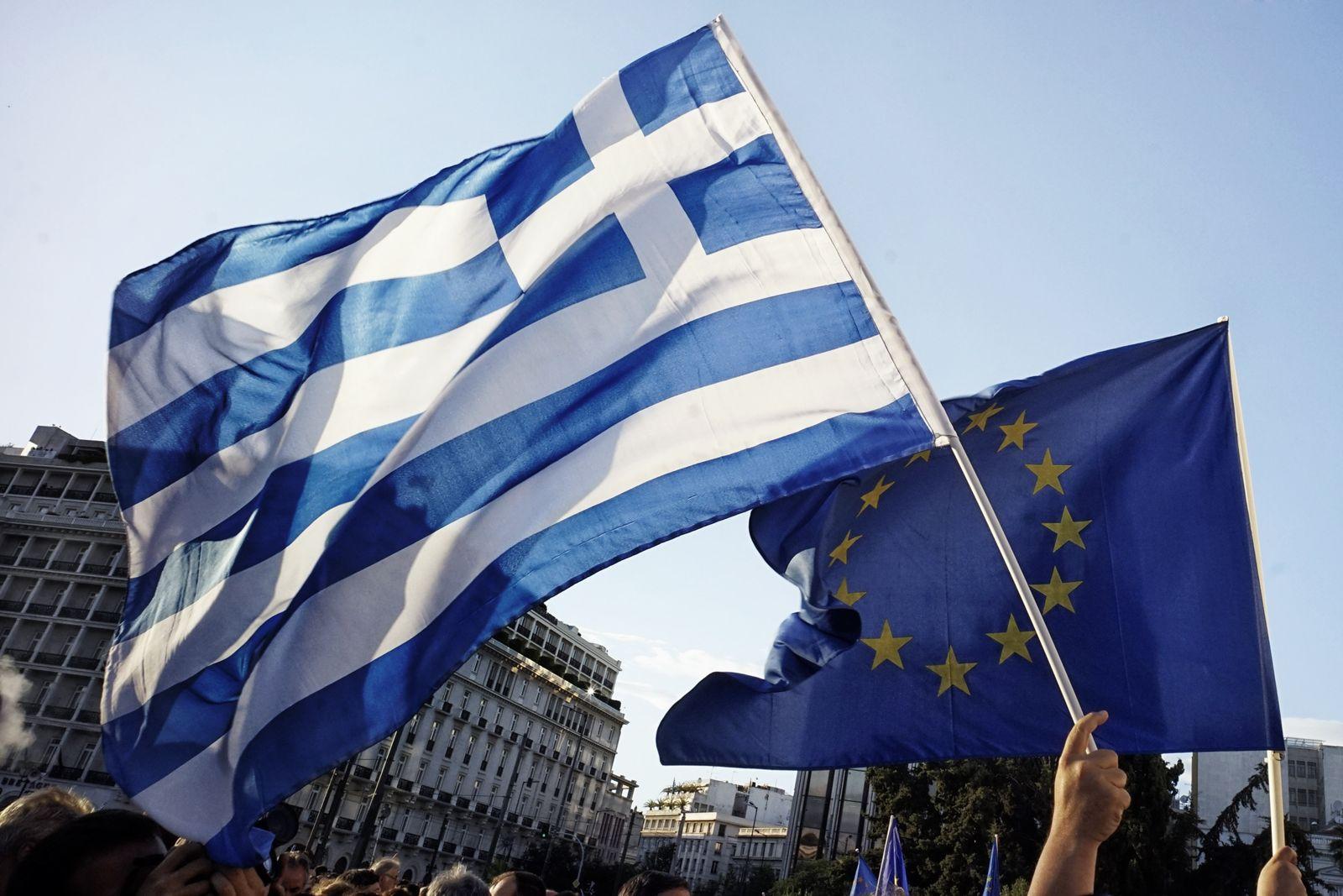 Griechische und EU-Flagge