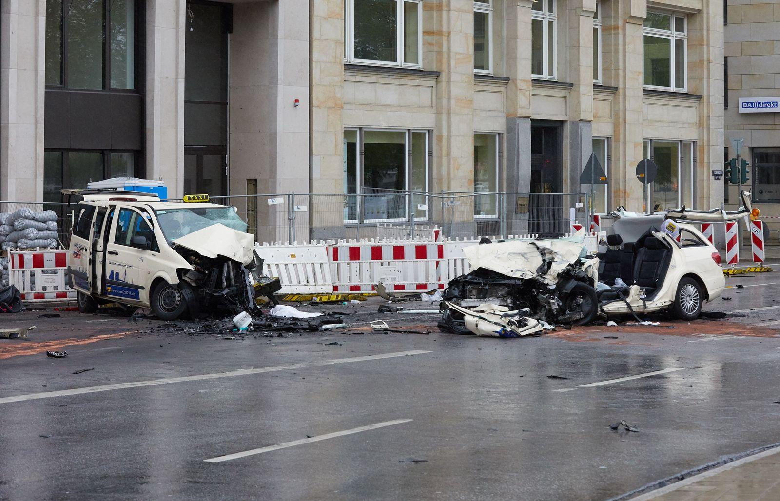 Zwei Taxis stoßen zusammen in Hamburg