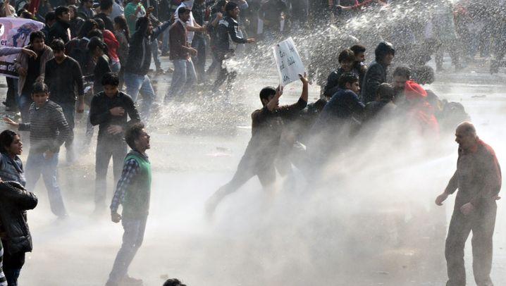 Demonstranten in Neu-Delhi: Polizei setzt Tränengas und Wasserwerfer ein
