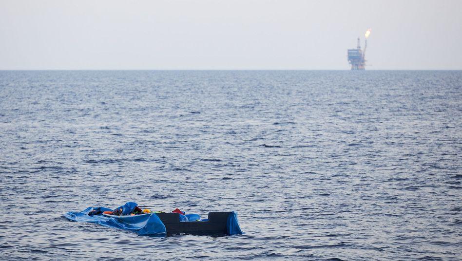 Ein verlassenes Schlauchboot treibt vor der Küste von Libyen im Mittelmeer