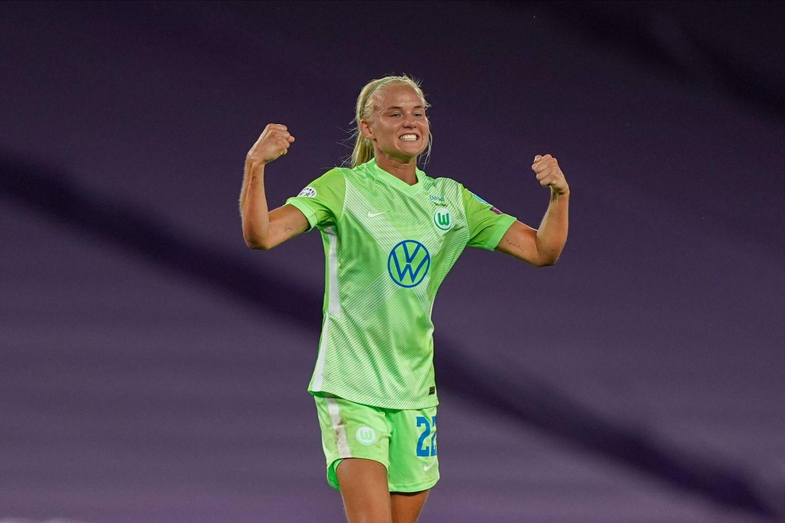 Sport Bilder des Tages SAN SEBASTIAN, SPAIN, AUG 25: Pernille Harder ( 22 Wolfsburg) and Svenja Huth ( 10 Wolfsburg) ce