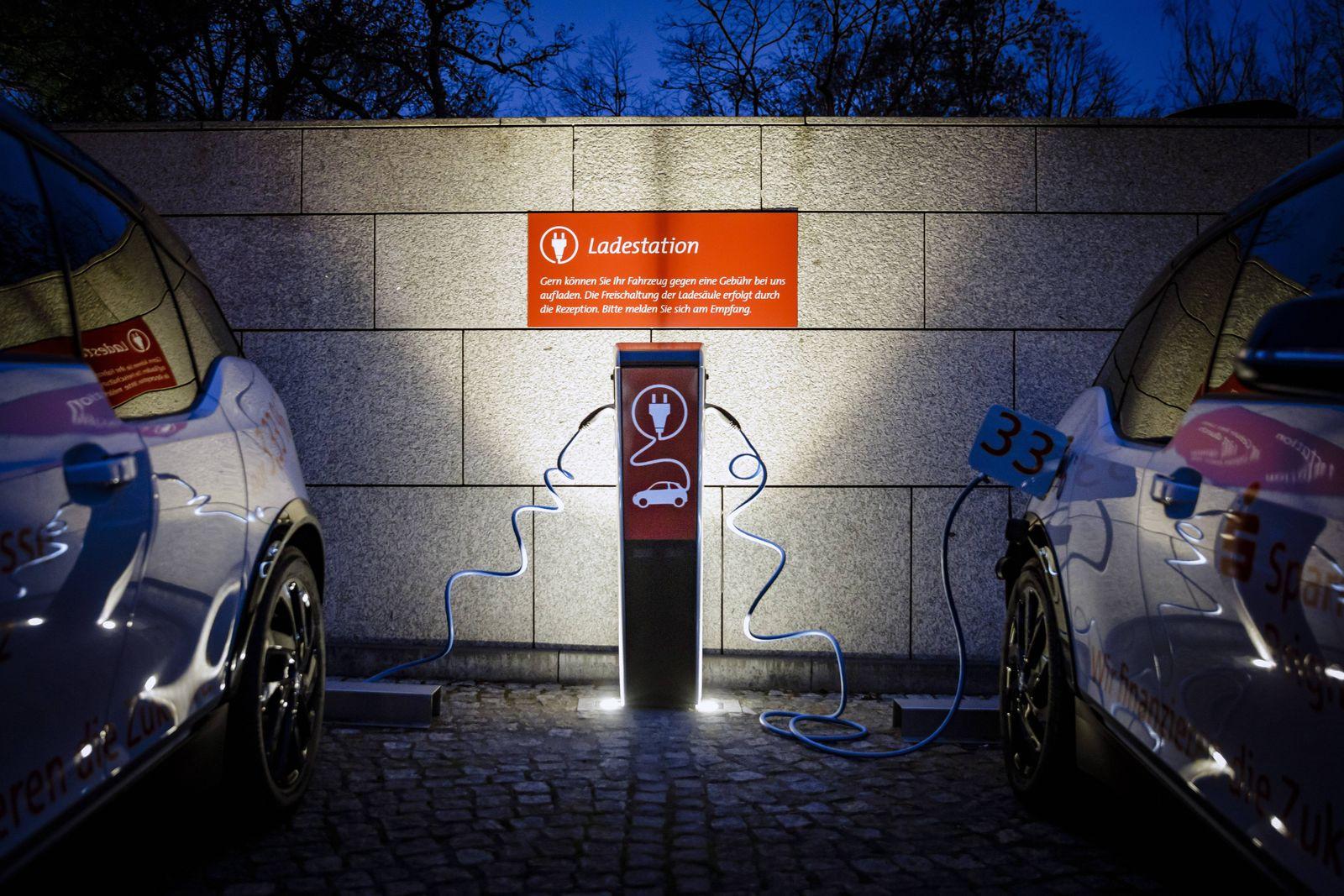 Zwei Elektroautos werden an einer Ladestation geladen Berlin 22 11 2018 Berlin Deutschland *** Tw