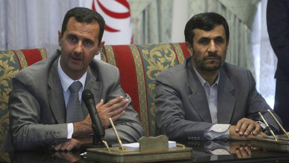 Syrian President Bashar Assad (l) with his Iranian counterpart Mahmoud Ahmadinejad.