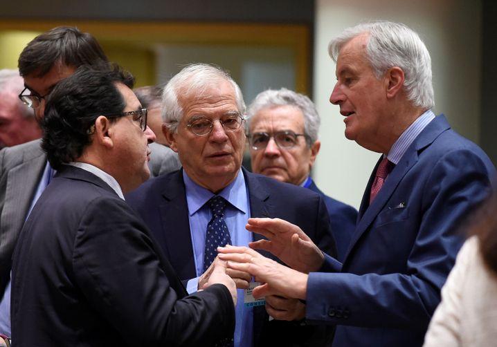 Spaniens Außenminister Josep Borrell (Mitte) und EU-Brexit-Unterhändler Michel Barnier (rechts)