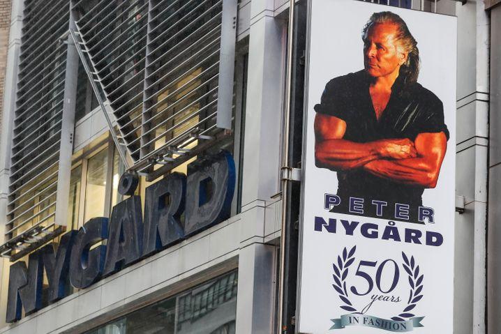 Werbeschild in der Zentrale Peter Nygards am Times Square, das den Unternehmer zeigt