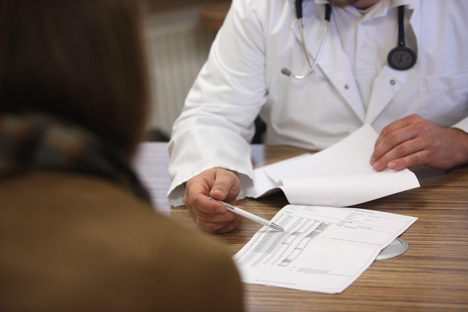 Arzt / Behandlung / Besprechung
