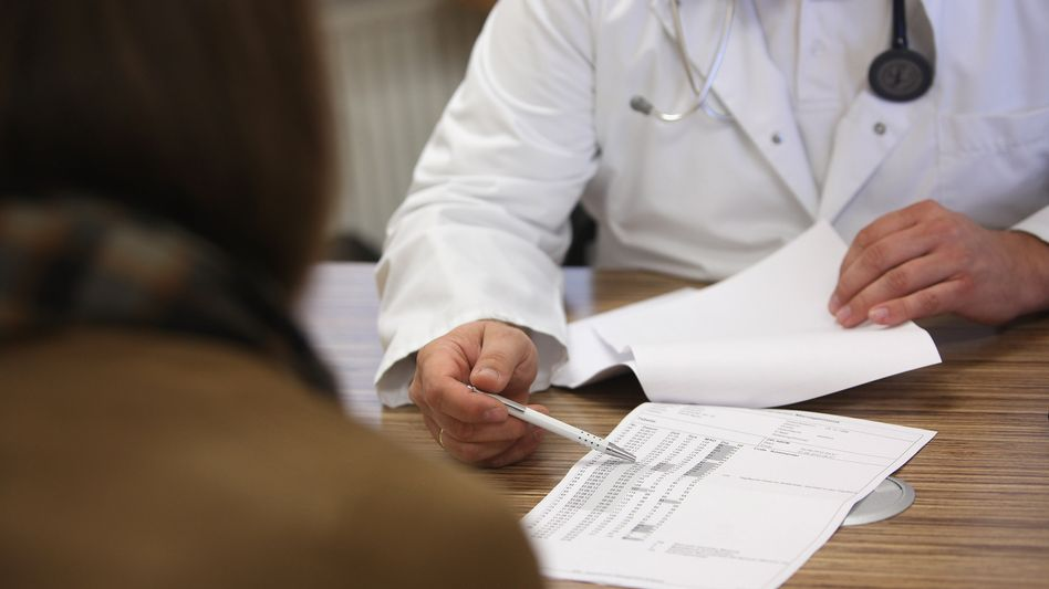 Arzt und Patient (Archivbild): Was ist, wenn der Hersteller eine Studie nicht bezahlen will?