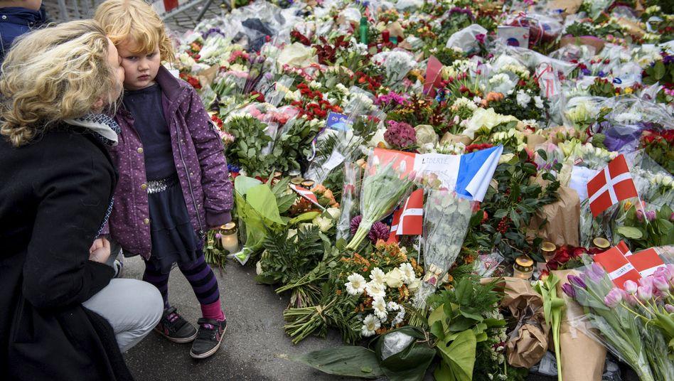 Mutter gedenkt in Dänemark mit ihrer Tochter der Opfer von Paris