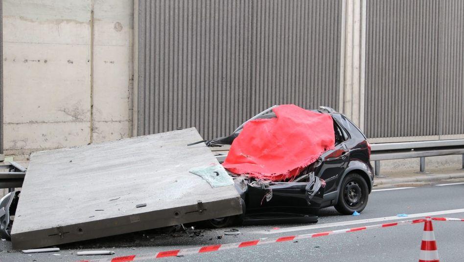 Köln: Ein Betonteil aus einer Lärmschutzwand ist auf der A3 auf einen Pkw gestürzt
