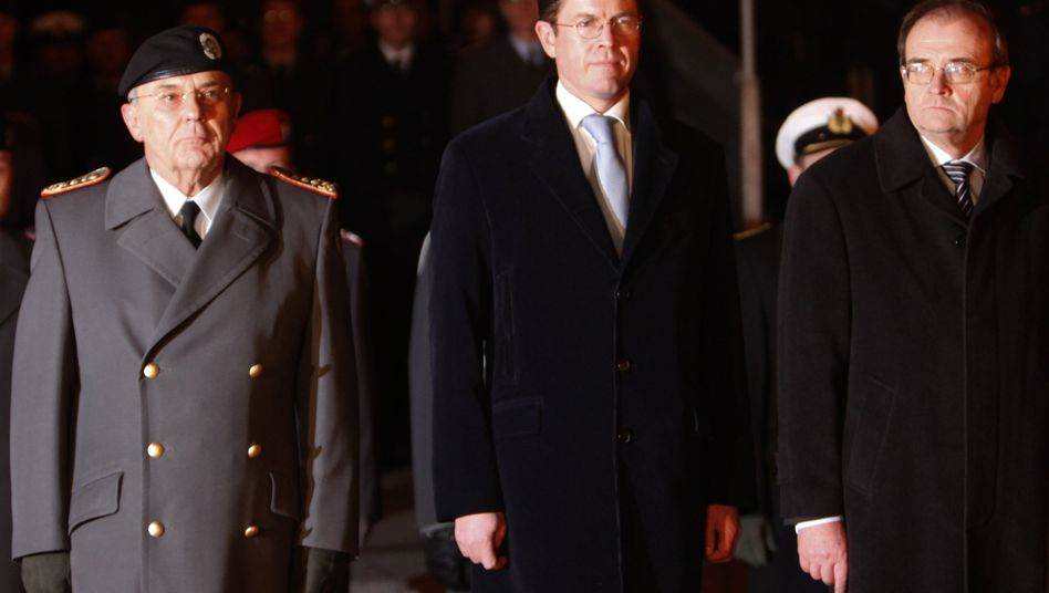 """Wichert (r., bei Verabschiedung mit Schneiderhan und Jung-Nachfolger Guttenberg im Dezember 2009): """"Positives Bild auch des Erfolgs"""""""