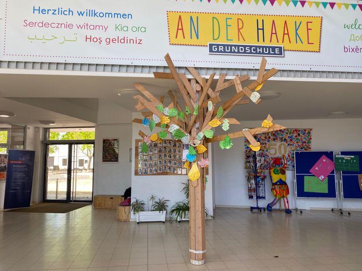 """""""Danke""""-Baum im Foyer: Kinder haben hier Nachrichten hinterlassen"""