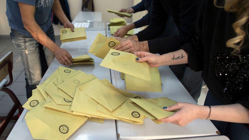 Stimmzettel der Kommunalwahl in der türkischen Metropole Istanbul