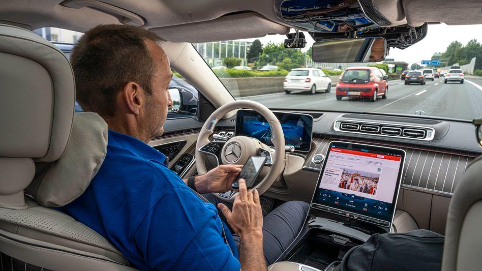Hände weg und Handy raus – wenn der Autopilot fährt, ist das Mobiltelefon nicht mehr verboten. Autor Thomas Geiger beim Selbsttest