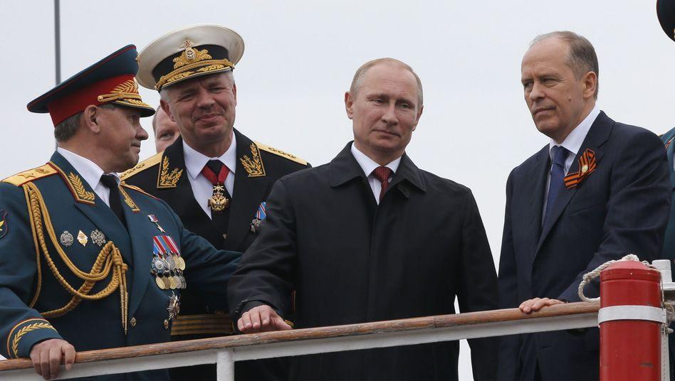 Putin (2. v. r.) mit Geheimdienstchef Bortnikow (r.): EU beschließt Strafmaßnahmen